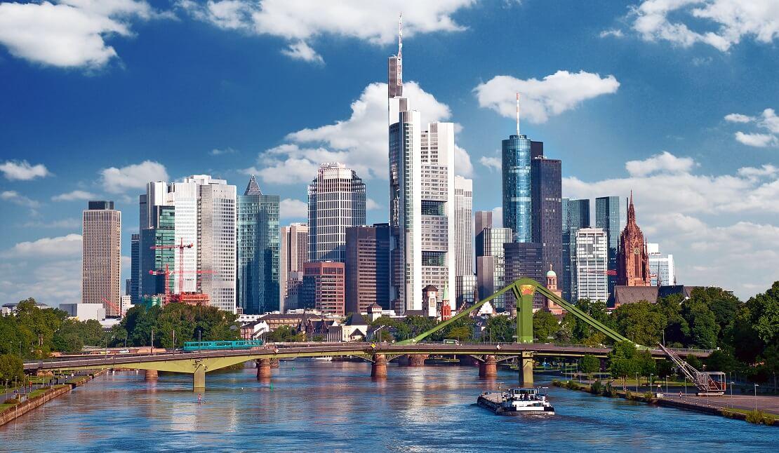 Der Main mit der Skyline Frankfurts im Hintergrund