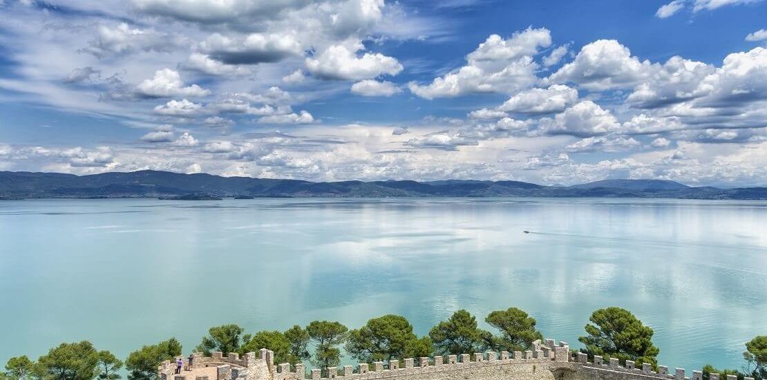 Lago Trasimeno: Segeln vor sanfter Berglandschaft Umbriens