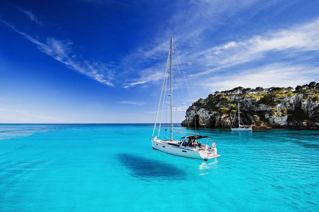 Ein Segelboot auf dem Mittelmeer