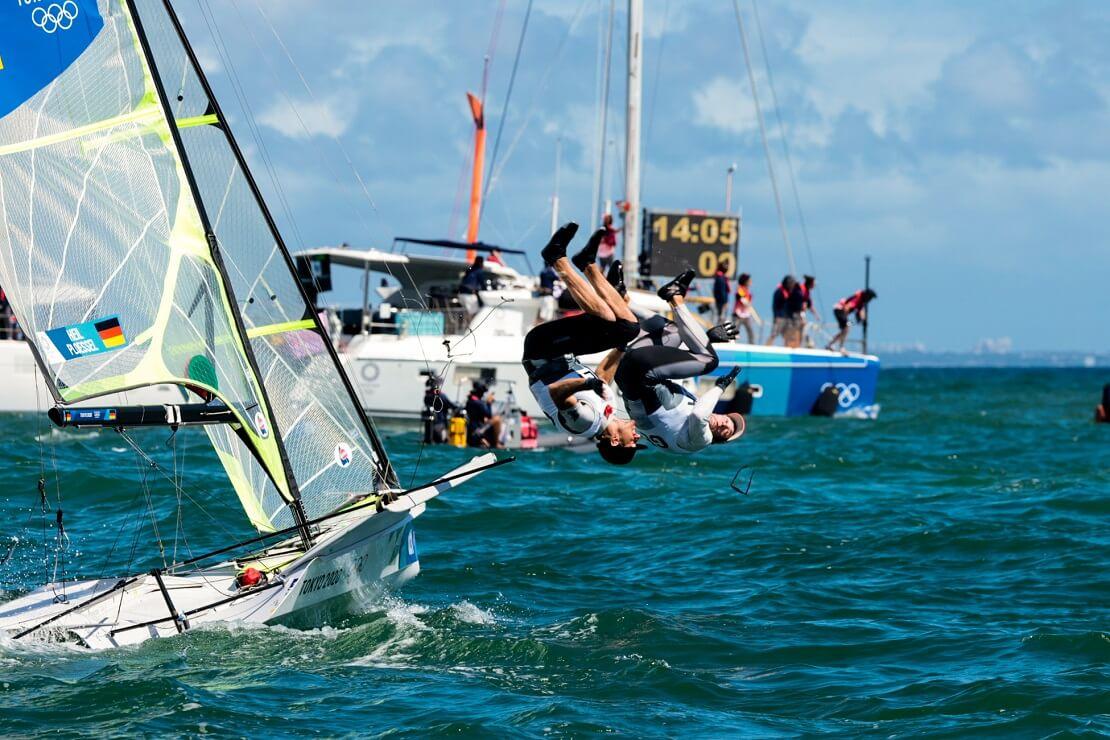 Erik Heil und Thomas Plößel springen im Salto vom Boot ins Wasser