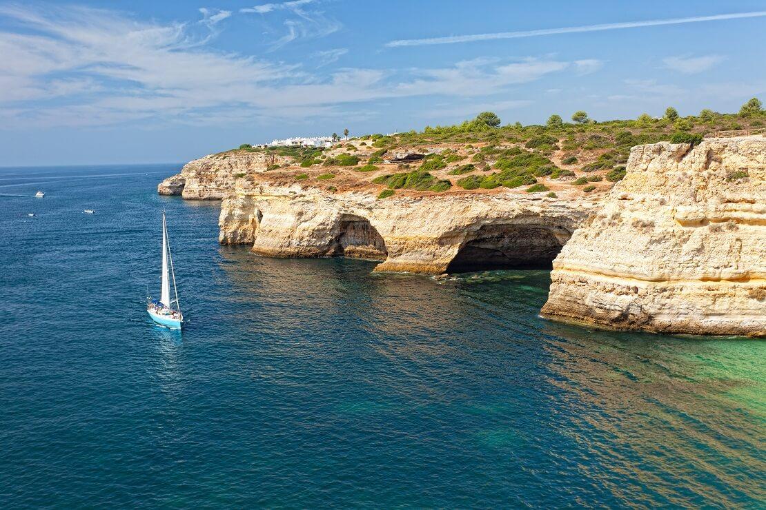 Atlantikküste in Portugal mit Segelboot