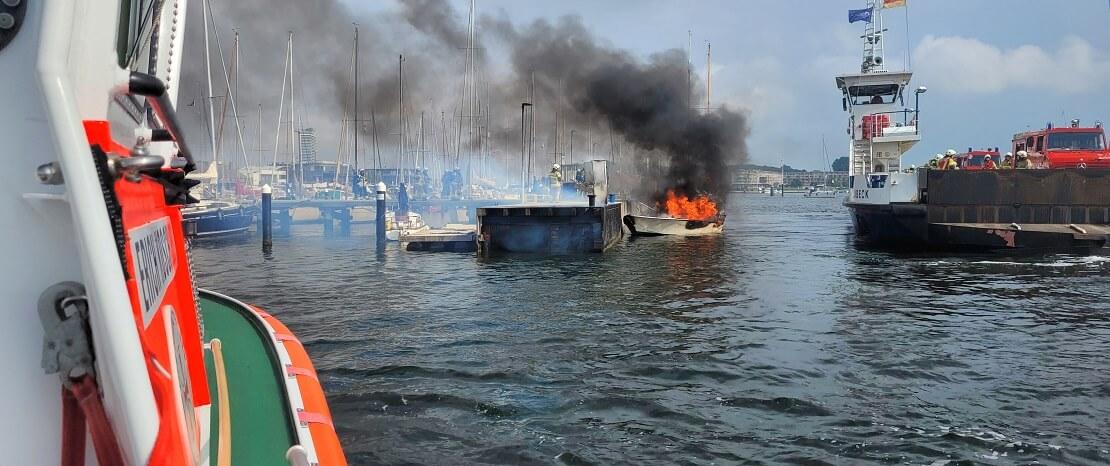 Brennendes Motorboot im Travemünder Hafen