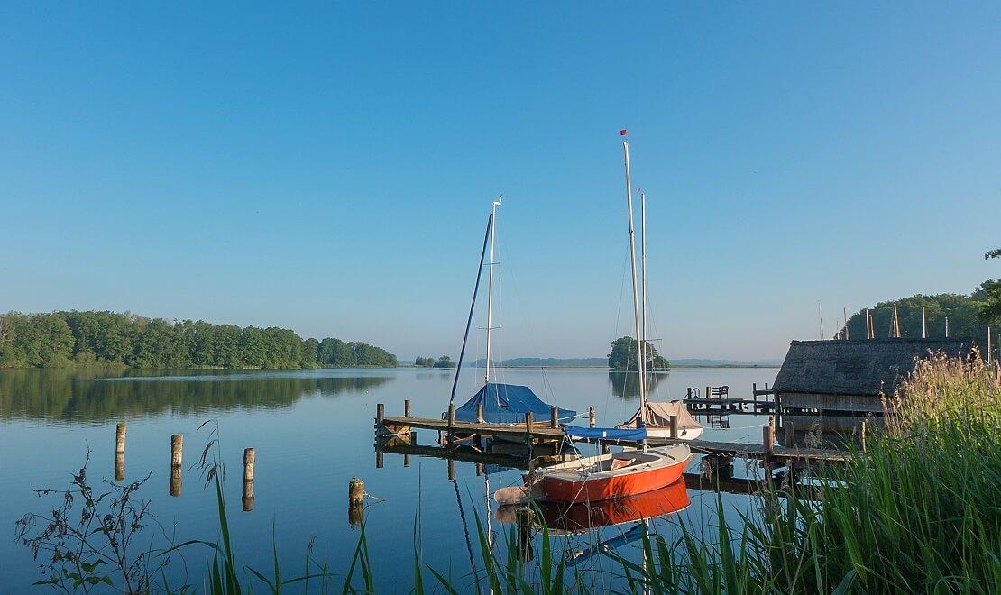 Segelboote am Steg am Plöner See