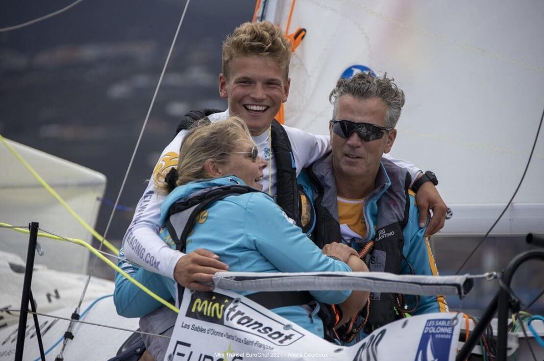 Melwin Fink mit seinen Eltern auf dem Boot